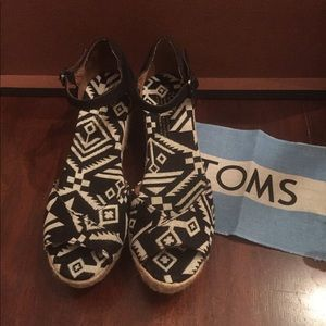 New Toms black and white wedge sandal size 7.5